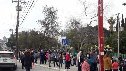 Largas filas para vacunarse contra COVID-19 en Tijuana