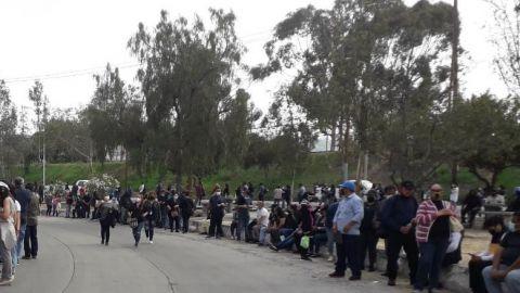 Con largas filas y sin sana distancia continúa la vacunación en Tijuana