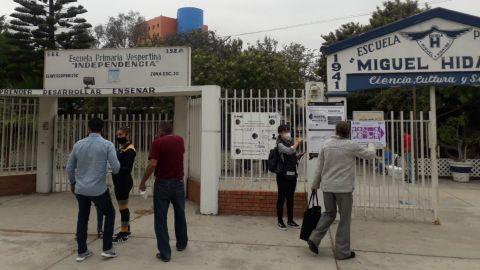 Ciudadanos madrugan a votar y las casillas aún están cerradas