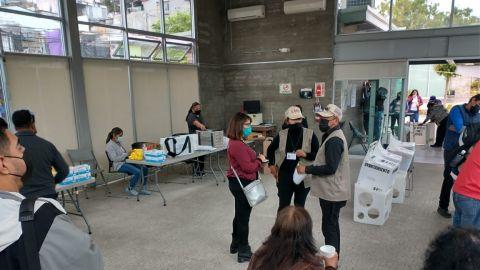 Votantes desesperados, abrieron más de una hora tarde
