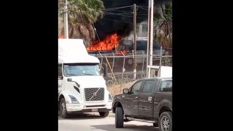 Video: Queman autobús a un costado de casilla en el Refugio, delegación La Presa