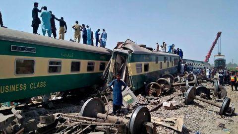 Mueren 40 personas en choque de trenes en Pakistán