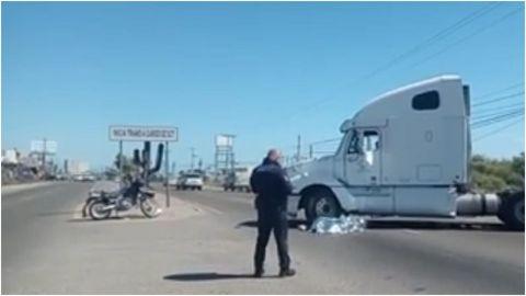Muere motociclista en choque con tráiler sobre boulevard Popotla