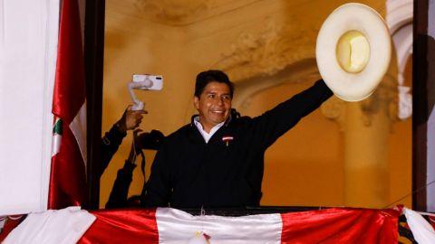 Pedro Castillo lidera por mínima diferencia elección de Perú con 100% de actas