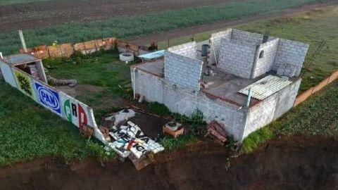 Socavón ''devora'' la casa de la familia Sánchez Xalamihua en Zacatepec