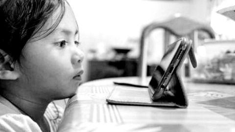 Niña de dos años pierde la vista por uso excesivo de celular en Cancún