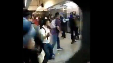 Captan mega pelea campal entre usuarios y policías en Metro Pantitlán