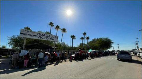 En Mexicali, se desmayan 18 jóvenes por intenso calor en fila de vacunación