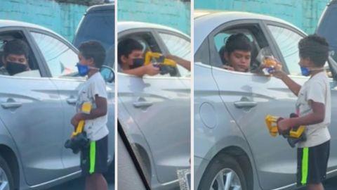📹 VIDEO: Niño comparte sus juguetes con menor que limpiaba parabrisas