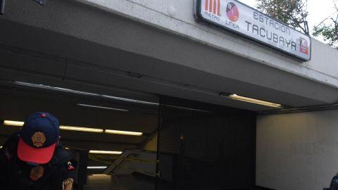 Muere hombre en Metro Tacubaya; policías dicen que resbaló por las escaleras