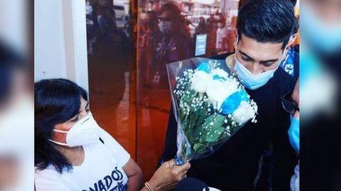 Nuevo portero de Monterrey rechaza flores de aficionada en su llegada a México