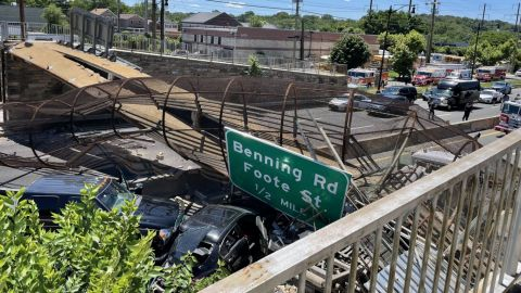 Colapsa puente peatonal en carretera en Washington; hay 6 heridos
