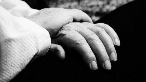 Pareja de ancianos son atacados por su hijo; quería quedarse con los terrenos