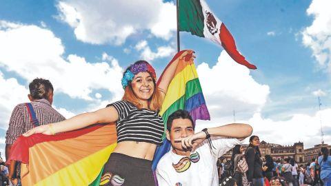 Contingentes de la marcha LGBTTTI+ llegan al Zócalo de la CDMX