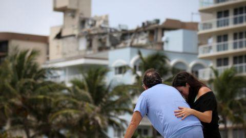 Suben a 5 los muertos tras derrumbe de edificio en Miami; hay 156 desaparecidos