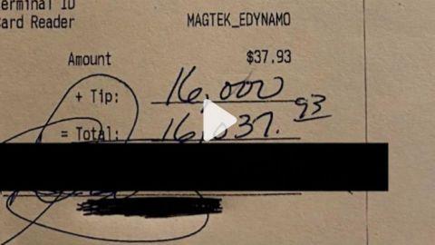 Dejó una propina de 16 mil dólares, sólo pidió hot dogs, papas fritas y bebidas