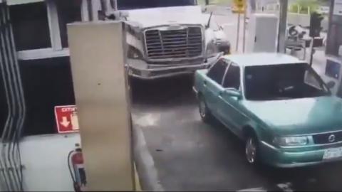 📹 VIDEO: Momento donde tráiler choca en una caseta; accidente deja 4 muertos