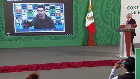 Elogia AMLO a Cristiano Ronaldo por tomar agua en vez de refresco