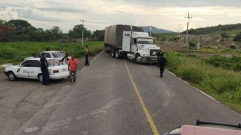 Reportan enfrentamientos, bloqueos y quema de vehículos en Michoacán