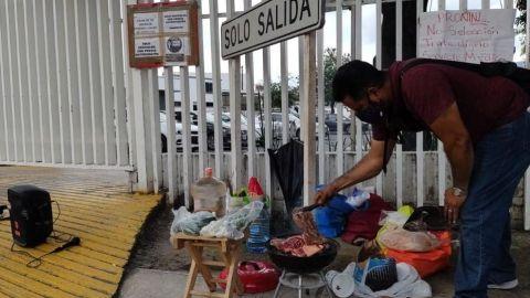 Con carnita asada, protestan maestros de inglés en Nuevo León