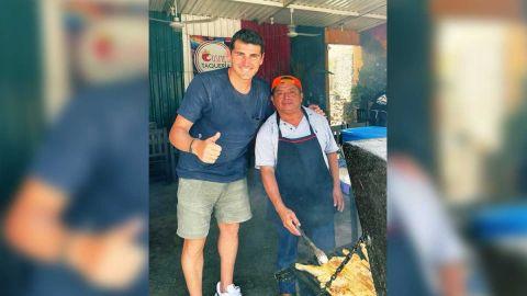 Iker Casillas dejó curiosa propina en taquería mexicana, dejó hasta sus tenis