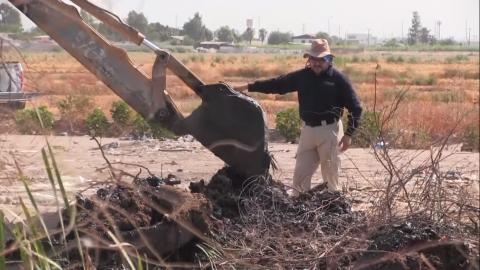 Con máquina excavadora buscan cuerpo arrojado en canal de Mexicali