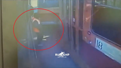 Un tranvía 'se lleva de corbata' a trabajadora del lugar (VIDEO)