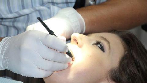 ¿Por qué? Entró al consultorio dental y le arrancó 13 dientes a un paciente