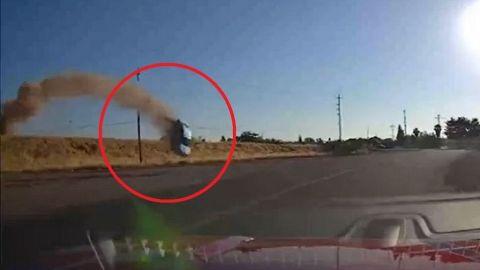 Conductor graba momento en que un auto sale volando y se impacta en carretera