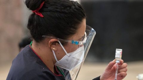 Vacunan anti-covid 19 en Mexicali y Ensenada