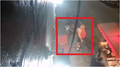 VIRAL: Niña le hace broma a mujer bajándole los pantalones en plena vía pública