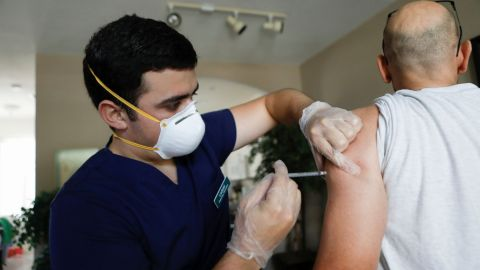 Sandieguinos acuden a farmacias para vacunarse