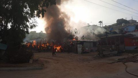 Incendio dejó a una familia sin vivienda y dañó otras dos