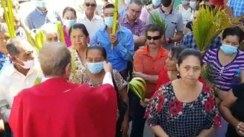 'Babosada ¡Quítesela, vámonos libres!': Sacerdote arranca cubrebocas a una mujer