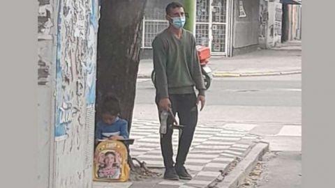 Foto de papá limpiando autos e hija haciendo su tarea les cambia la vida