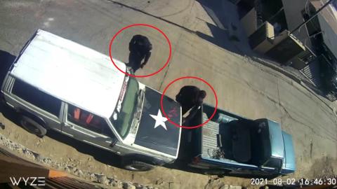 📹 VIDEO: Denuncian a policías que intentaron abrir vehículo estacionado