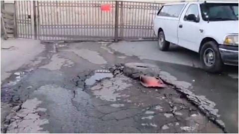 Vecinos de Urbi Villa del Prado denuncian fuga de agua; el piso se levantó