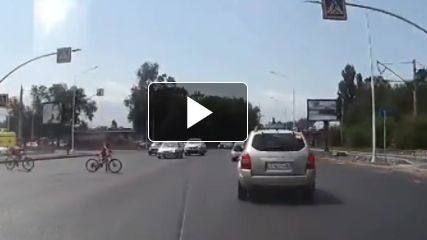 VIDEO: Se salvan por un 'pelo de rana calva' de morir atropellados por camión