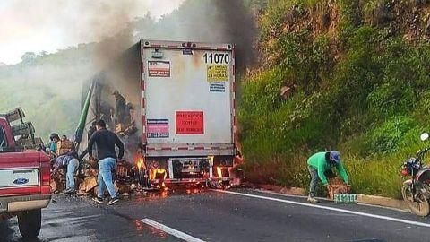 Tráiler con cervezas se incendia en Veracruz y pobladores se las roban
