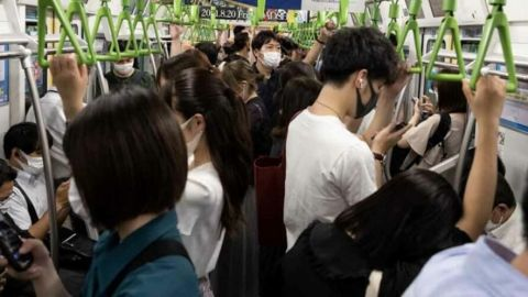 Ataque con cuchillo dentro de un tren en Tokio deja 9 heridos