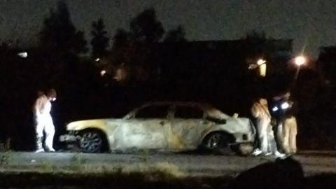 Fuertes imágenes: Auto en llamas, tenía dos cuerpos calcinados en la cajuela
