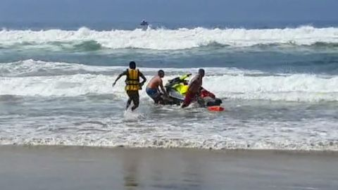 Cae avión ligero en Rosarito, salvavidas en intento de rescate de los pasajeros