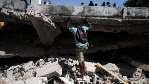 Haitianos buscan desesperadamente lugar en hospitales abarrotados tras terremoto