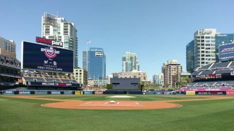 Con tal de que se vacunen regalan boletos para juego de béisbol en San Diego