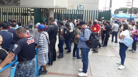 VIDEO: Familiares de pacientes se aglomeran fuera del IMSS