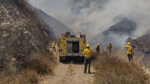 Controlan totalmente fuerte incendio en cerro de Ensenada