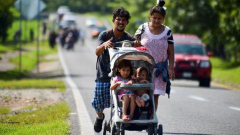 'No nos vamos a detener', migrantes avanzan en medio de operativos en México