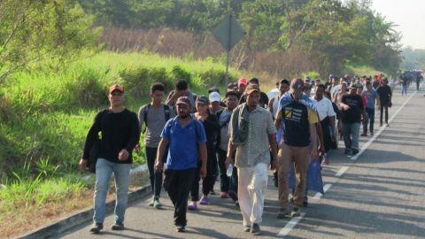 ''Con sombrero ajeno'': Migrantes critican a AMLO por presumir récord en remesas