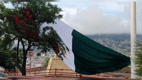 Lluvias y ráfagas de viento derriban bandera monumental en Oaxaca
