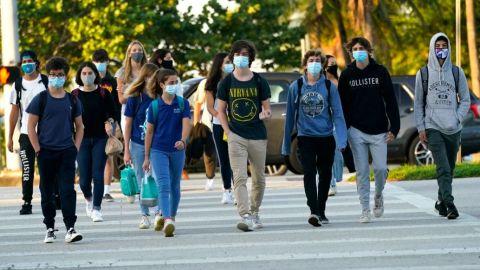 Profesora contagió a 12 alumnos, andaba sin cubrebocas y no se había vacunado